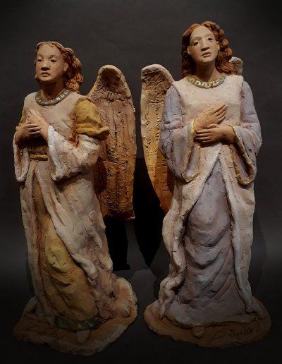 Angeli in adorazione con le mani al peetto