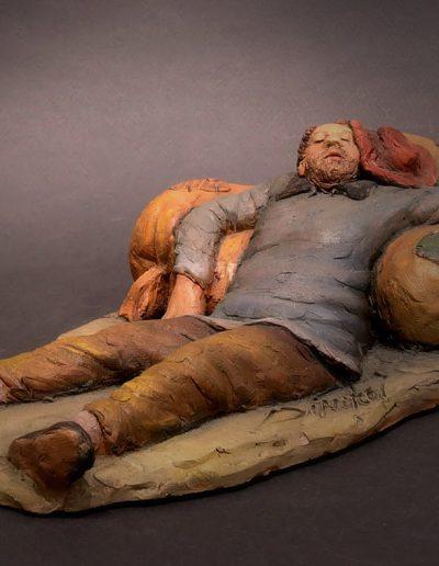 Dormiente sdraiato su sacchi