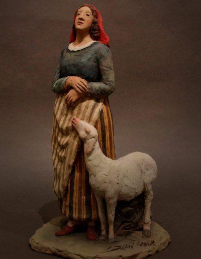 Pastorella con pecora al fianco