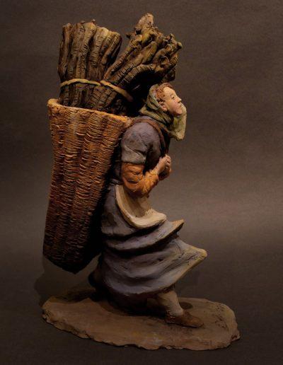 Portatrice di legna con legna dentro cesta
