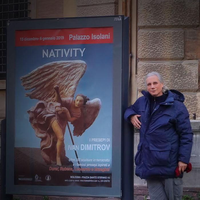 Ivan Dimitrov accanto al manifesto della Mostra - Evento Nativity