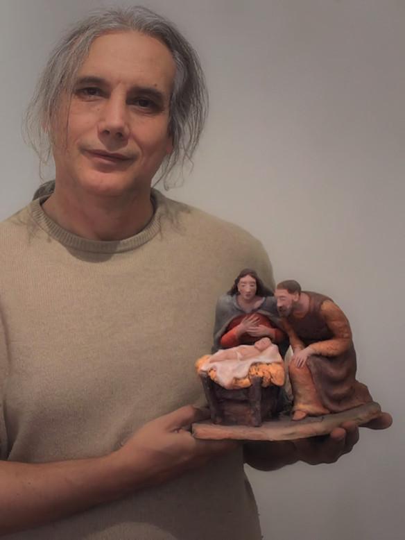 Ivan Dimitrov che regge una natività in terracotta