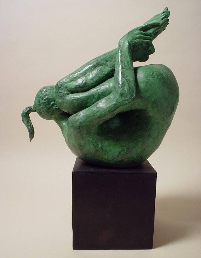 Bronzo a sfumatura verde di ragazza sulla schiena, ginocchia al volto: lato destro