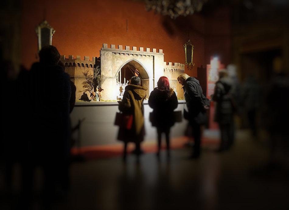 2017, Palazzo Isolani. Pubblico davanti al presepe del Brueghel