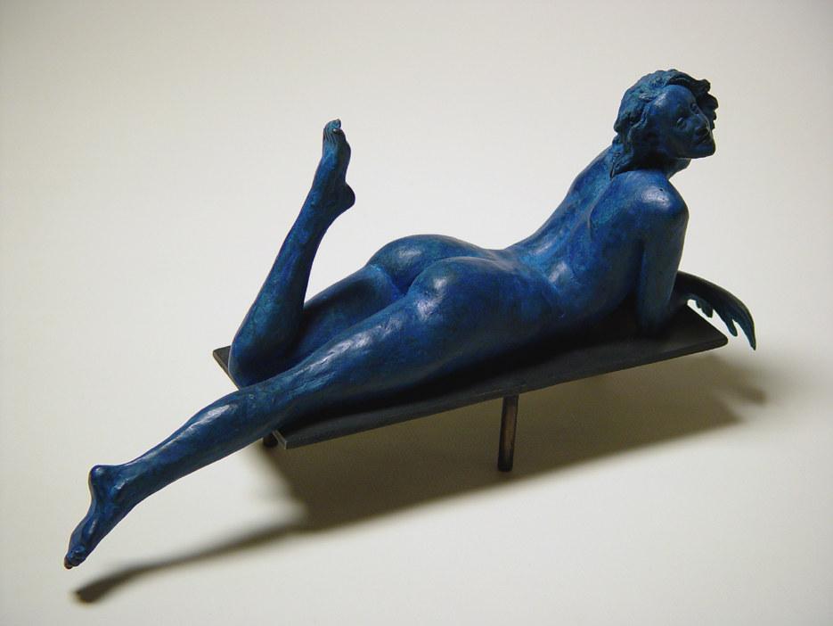 Bronzo a sfumatura blu di donna nuda su panca - Lato destro