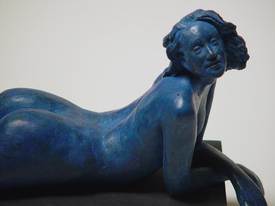 Bronzo a sfumatura blu di donna nuda su panca - Il volto e l'espressione