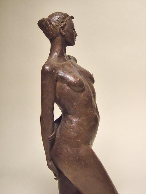Bronzo a sfumatura naturale di nudo di ragazza, in piedi, in posa