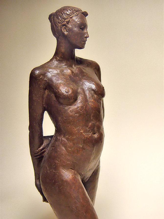 Bronzo a sfumatura naturale di nudo di ragazza, in piedi, in posa: lato destro
