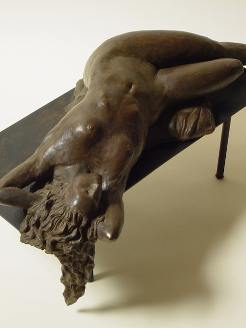 Bronzo a sfumatura naturale di nudo di donna sdraiata con braccia dietro il capo