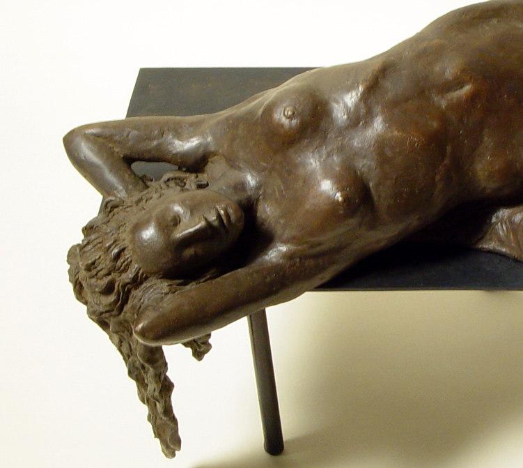 Bronzo a sfumatura naturale di nudo di donna sdraiata: il busto