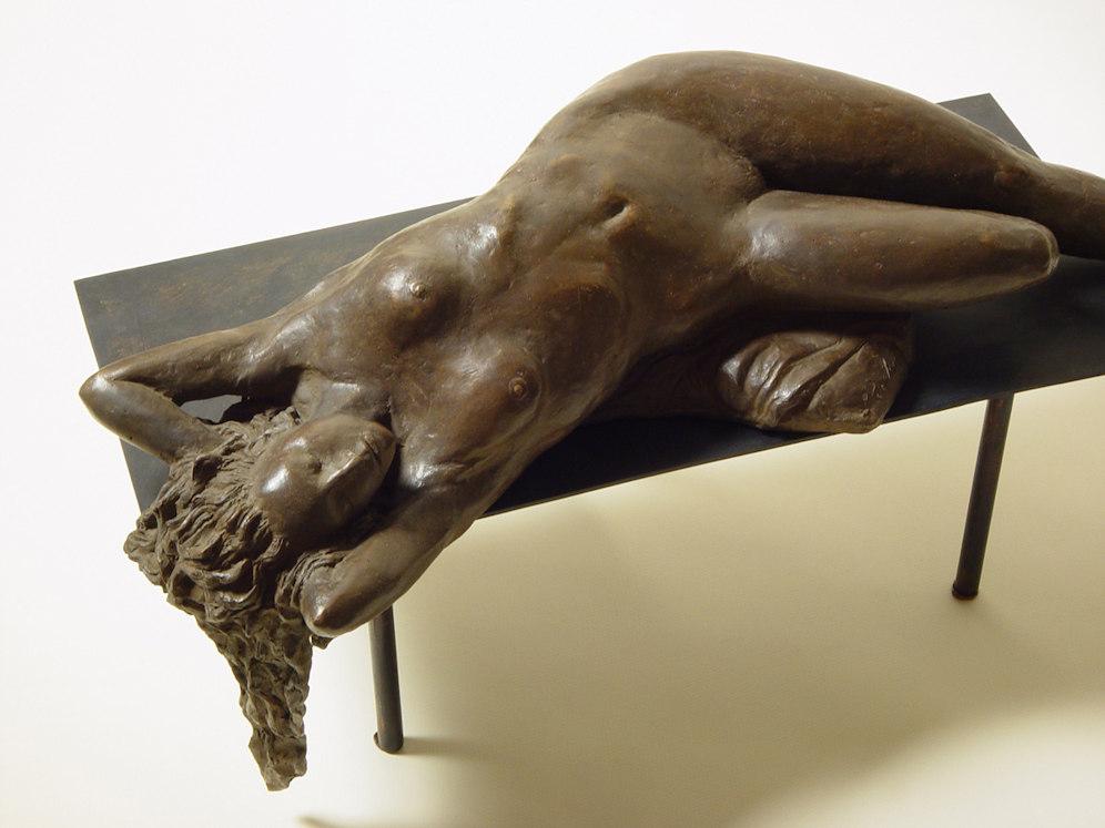 Bronzo a sfumatura naturale di nudo di donna sdraiata: la figura