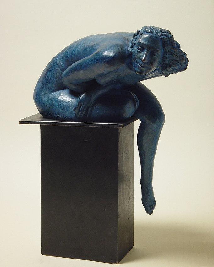 bronzo a sfumatura blu di nudo di donna seduta: visione frontale