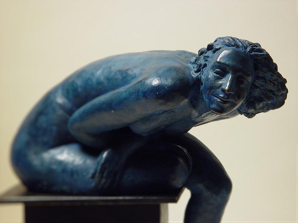 bronzo a sfumatura blu di nudo di donna seduta: da vicino