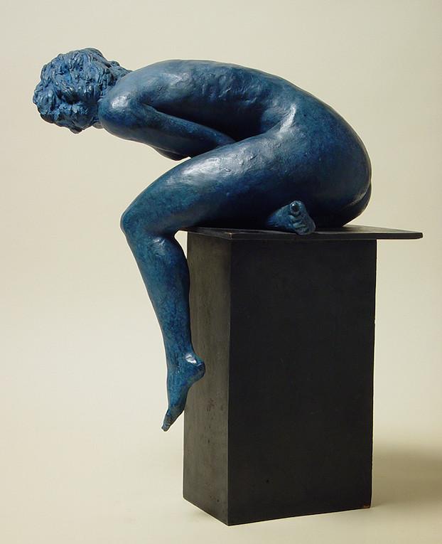 bronzo a sfumatura blu di nudo di donna seduta: lato sinistro