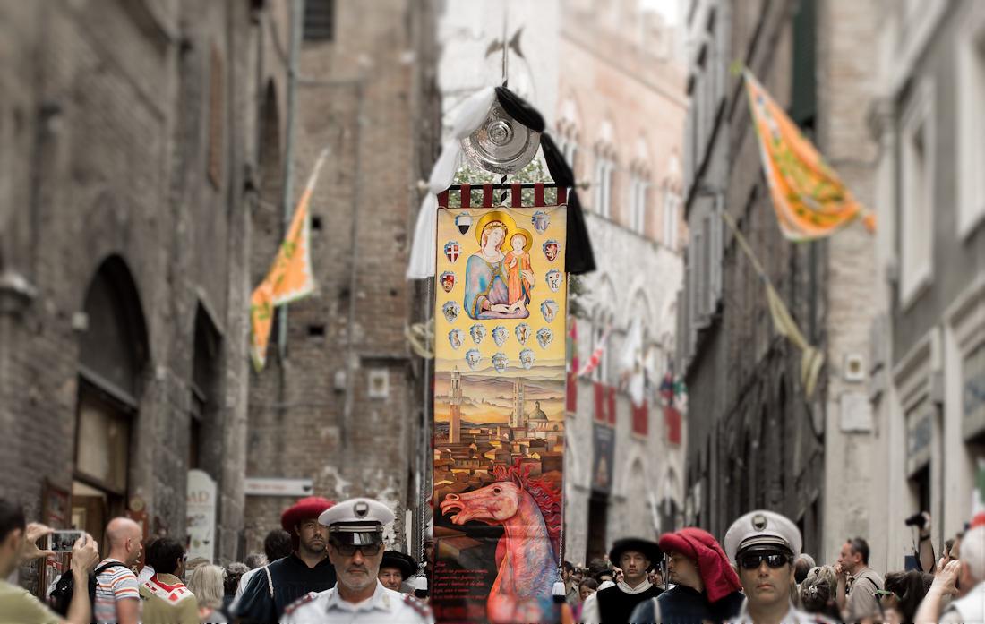 14 agosto: processione verso il Duomo con il Drappellone che spicca - Foto di Massimo Romagnoli