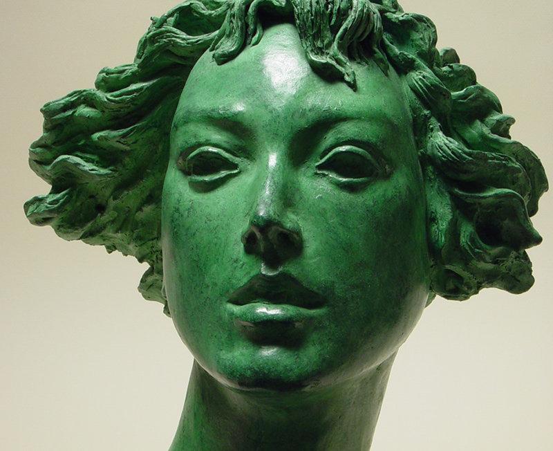 Bronzo a sfumatura verde, ritratto di ragazza: primo piano
