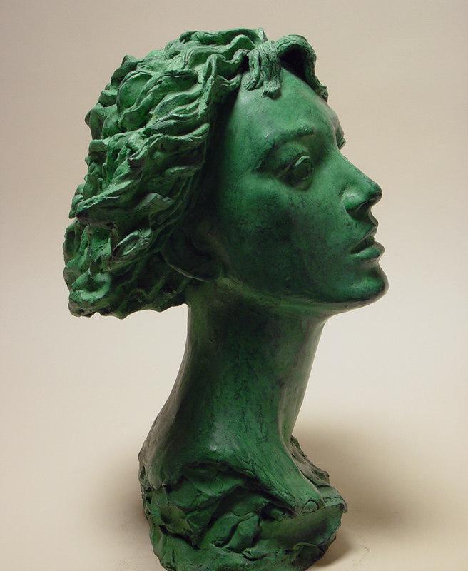 Bronzo a sfumatura verde, ritratto di ragazza: profilo destro
