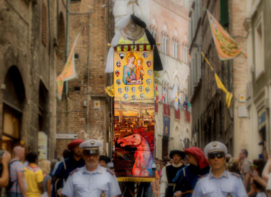 Siena, 16 Agosto 2014. Il drappellone dipinto da Dimitrov portato in processione