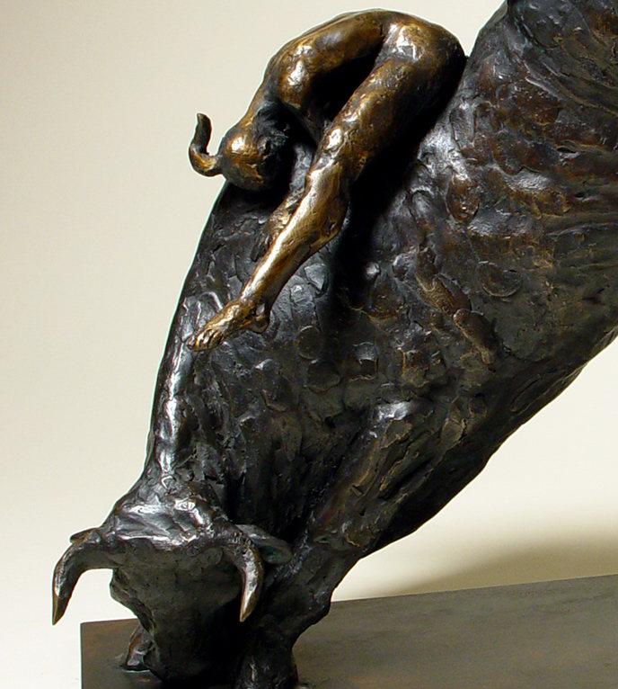Bronzo di toro impuntato con acrobata sul dorso: da vicino